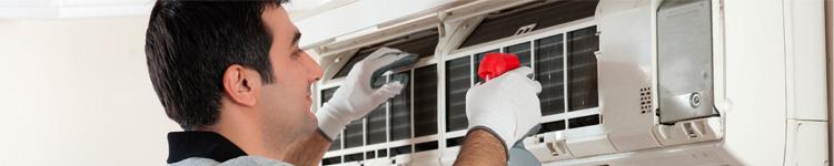 tecnico de aire acondicionado realizando un mantenimiento de equipos
